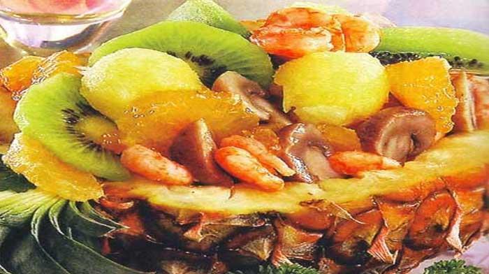 Фруктовый салат в ананаса