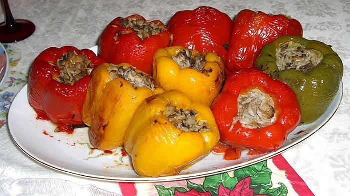 Перец, фаршированный рисом, грибами и овощами