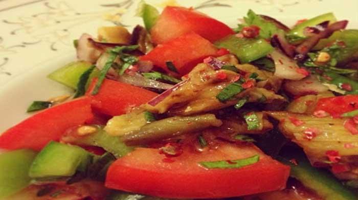 Турецкий салат с запеченными баклажанами