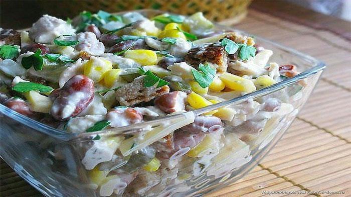 Салат с курицей, фасолью и сыром