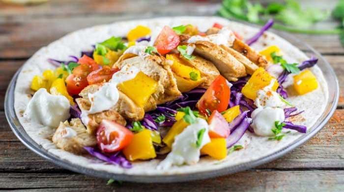 Мексиканский пряный салат с курицей и овощами