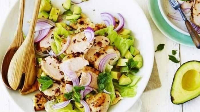 Индийский салат с курицей и авокадо