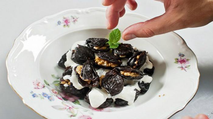 Фаршированный чернослив в сметанном соусе