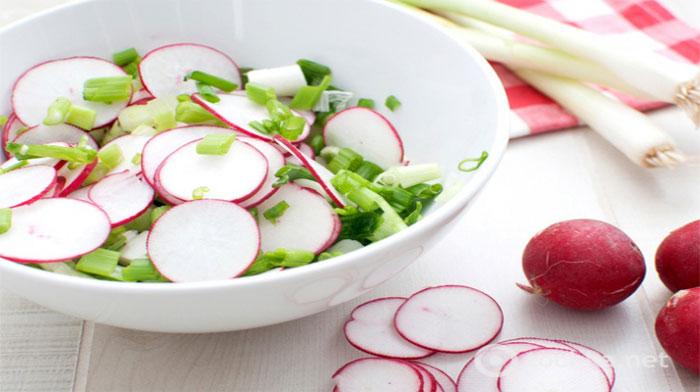 Очень простой салат с редисом и яйцом