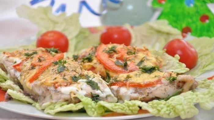 Толстолобик с сыром и помидорами