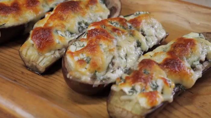 Лодочки из баклажан с помидорами и сыром