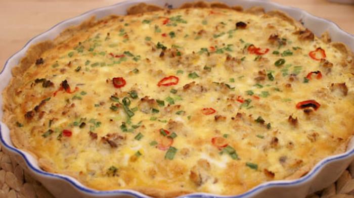 Пирог с копченой скумбрией под яично-сметанным соусом