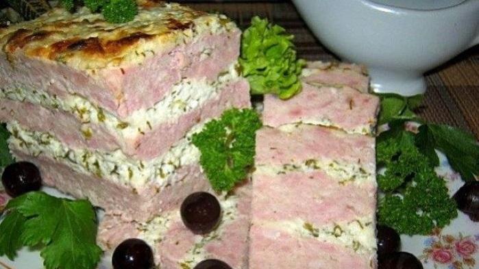 Слоеная мясная запеканка из фарша с рассольным сыром