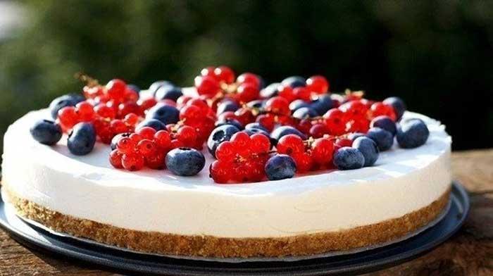 Легкий летний торт с ягодами