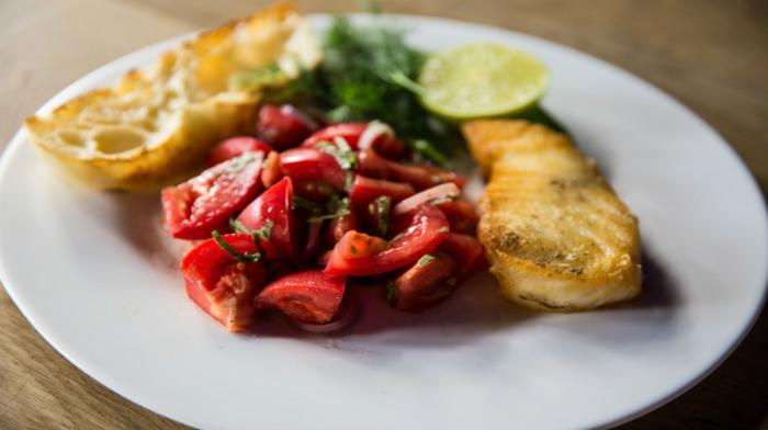 Филе сибаса с салатом