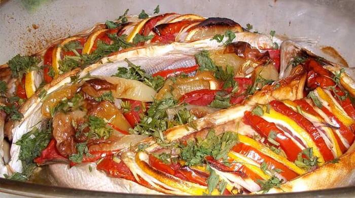 Горбуша, запеченная с овощами