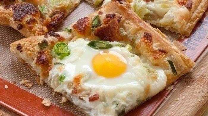 Яичница на слоеном тесте на завтрак