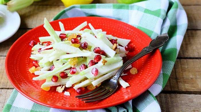 Салат из яблок и сельдерея с йогуртом