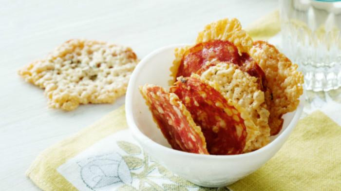 Чипсы с салями и сыром