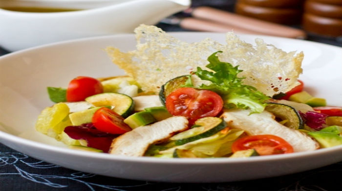 Салат из курицы с цукини и томатами черри