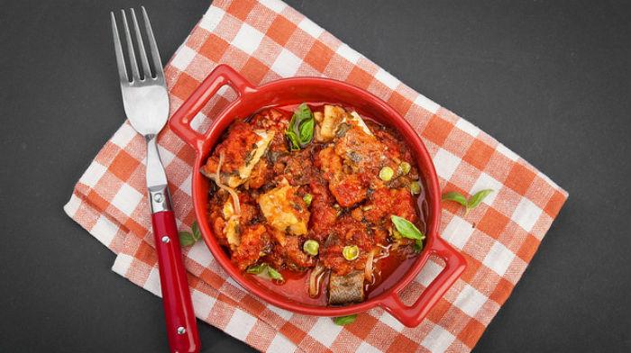 Запеченная рыба под томатным соусом