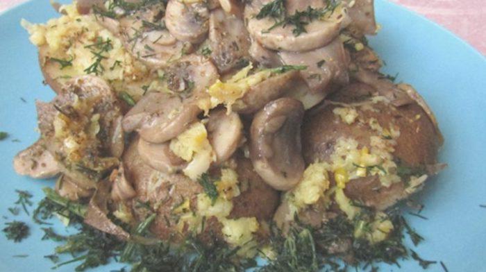 Картошка с грибами и чесноком в духовке