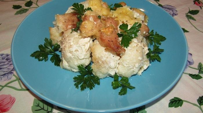 Курица с цветной капустой под сливочным соусом и сыром