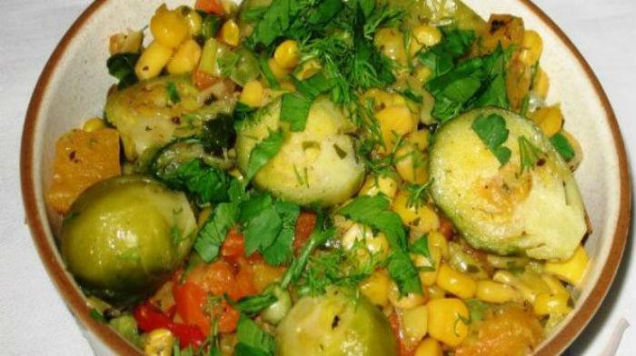 Овощное рагу с брюссельской капустой, кукурузой и тыквой